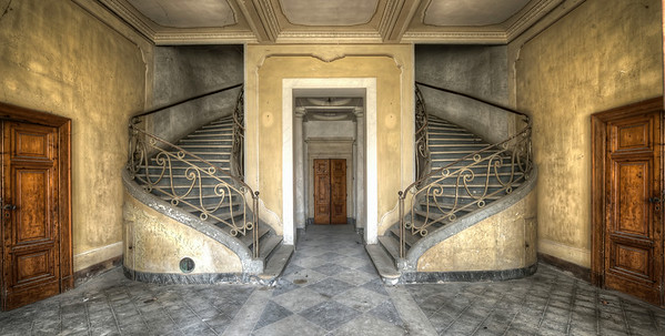 Wide hall - The wide version of the entry to this abandoned villa