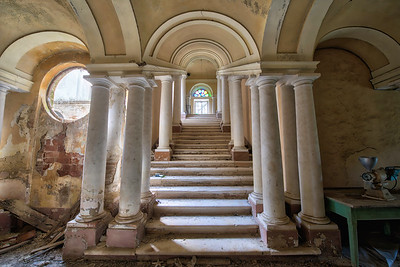 Tribunalis - Impressive staircase in an abandoned villa.