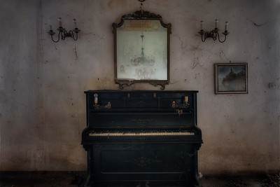 The Manor - Forgotten piano in a fully decorated abandoned villa.
